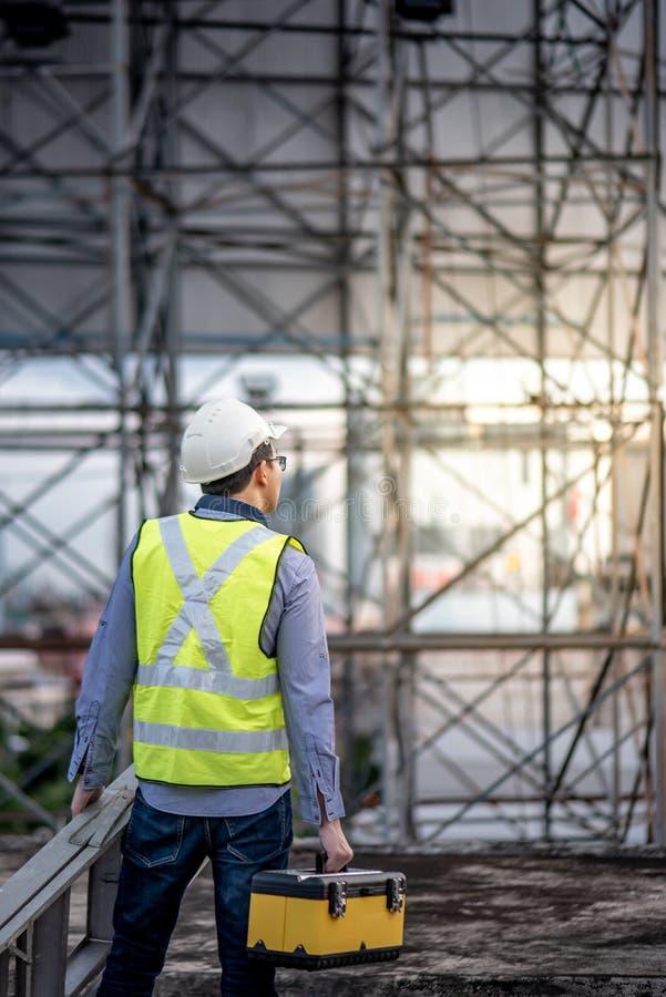 Φέρνοντας σκάλα αλουμινίου ατόμων εργαζομένων και κιβώτιο εργαλείων στοκ φωτογραφίες