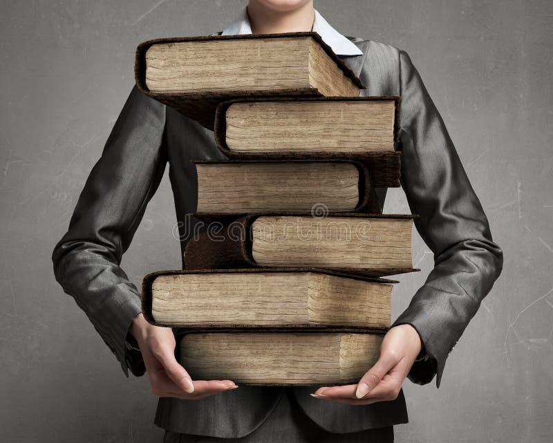 Φέρνοντας σωρός γυναικών των βιβλίων στοκ εικόνα με δικαίωμα ελεύθερης χρήσης