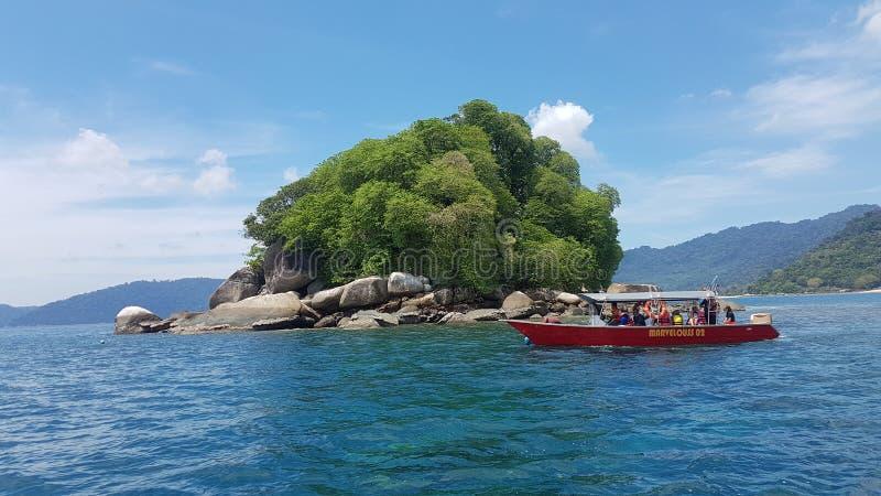 Φέρνοντας τουρίστες βαρκών στο νησί Pulau Rengis Rengis για την κολύμβηση με αναπνευστήρα στο νησί Tioman στοκ εικόνες