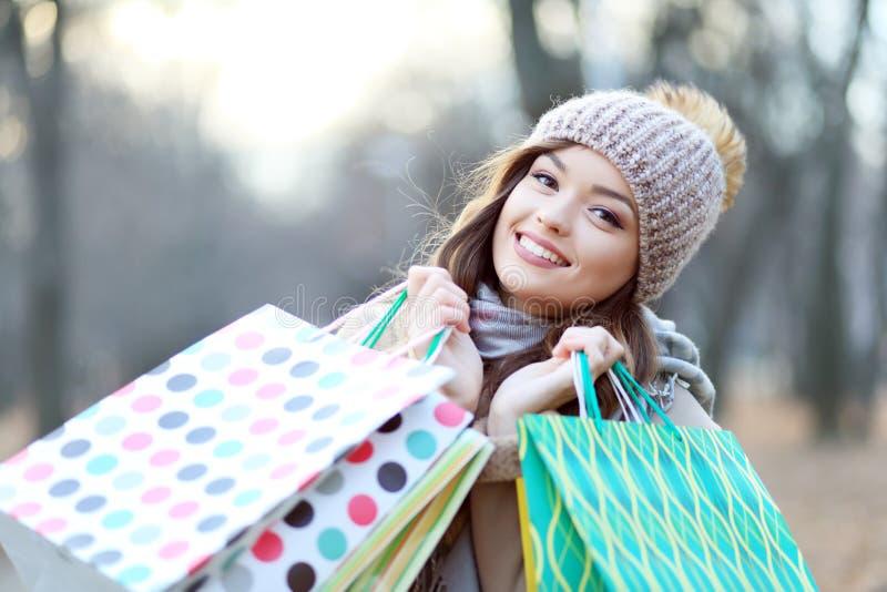 Φέρνοντας τσάντες αγορών γυναικών στοκ φωτογραφία