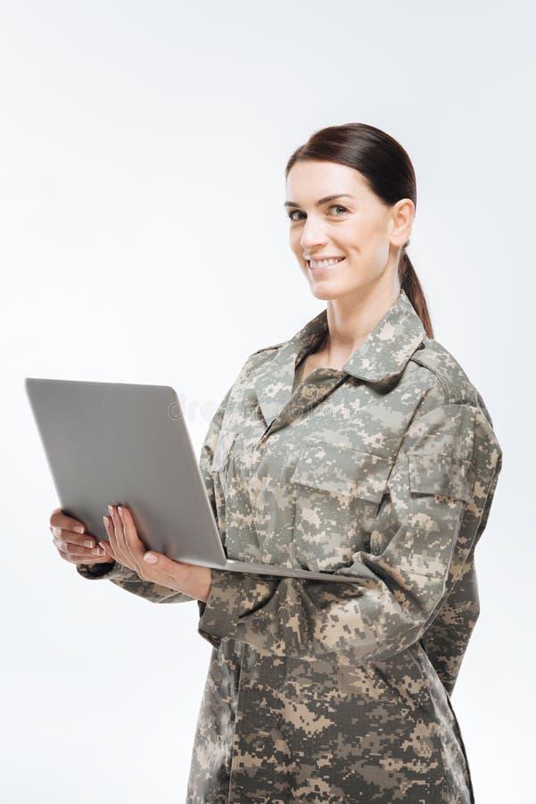 Φέρνοντας lap-top στρατιωτών Brunette θηλυκό στοκ φωτογραφίες