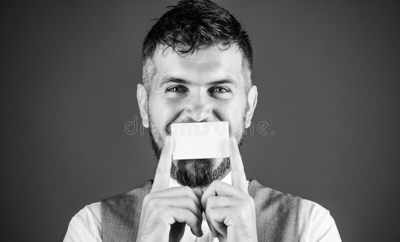 Φέρουσες επιχειρησιακές πληροφορίες Ευτυχής επιχειρηματίας που χαμογελά με την τραπεζική κάρτα r Κενή κάρτα για το σας στοκ φωτογραφίες