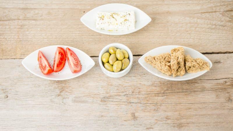 Φέτα, ελιές, ντομάτες και φρυγανιές Ελληνικά υγιή τρόφιμα στοκ φωτογραφίες