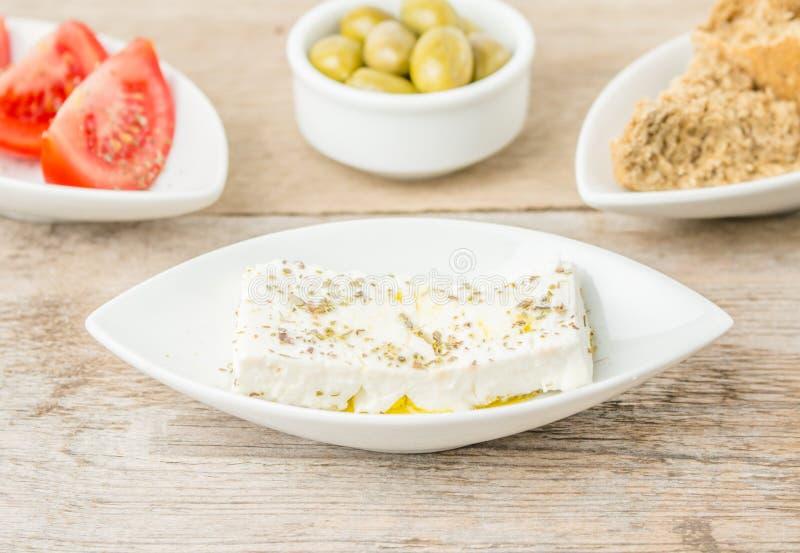 Φέτα, ελιές, ντομάτες και φρυγανιές Ελληνικά υγιή τρόφιμα στοκ φωτογραφία με δικαίωμα ελεύθερης χρήσης