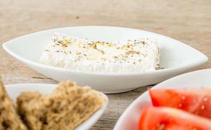 Φέτα, ντομάτες και φρυγανιές Ελληνικά υγιή τρόφιμα στοκ φωτογραφίες με δικαίωμα ελεύθερης χρήσης