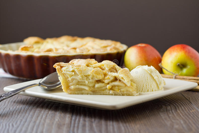 Φέτα της πίτας και του παγωτού μήλων, ευρέως και οριζόντιος στοκ φωτογραφίες με δικαίωμα ελεύθερης χρήσης