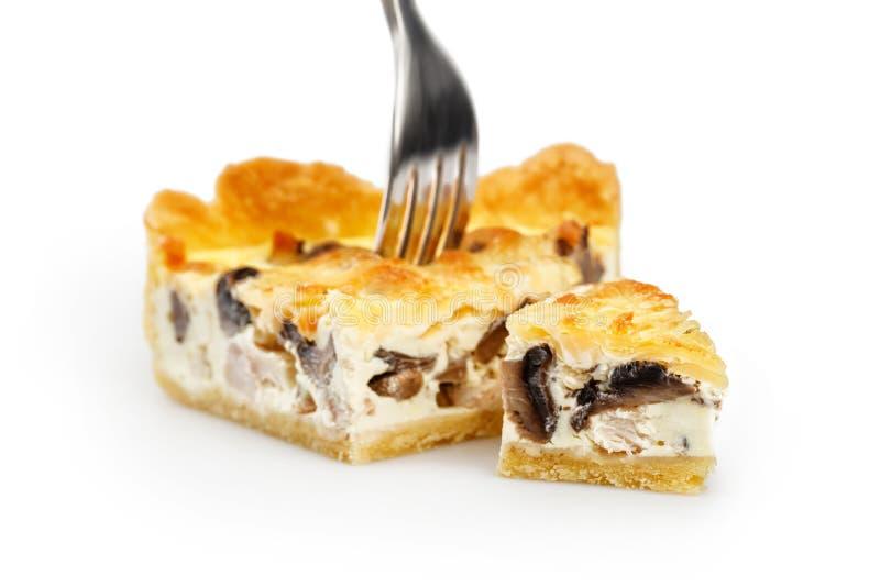 Φέτα της πίτας κοτόπουλου & μανιταριών στο δίκρανο που απομονώνεται στο λευκό Εστίαση σε λίγο κομμάτι της πίτας στοκ φωτογραφία με δικαίωμα ελεύθερης χρήσης