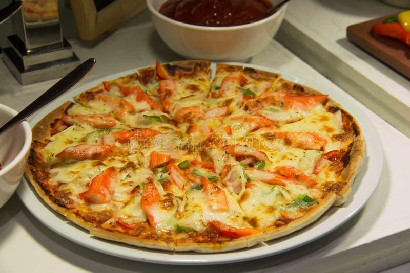 Φέτα της πίτσας με το λειώνοντας τυρί στοκ εικόνα με δικαίωμα ελεύθερης χρήσης