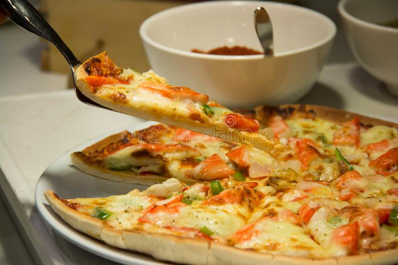 Φέτα της πίτσας με το λειώνοντας τυρί στοκ φωτογραφία με δικαίωμα ελεύθερης χρήσης