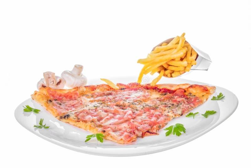 Φέτα της πίτσας με το τυρί και τις τηγανιτές πατάτες ζαμπόν μανιταριών στοκ εικόνες