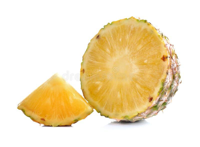 Φέτα του ανανά που απομονώνεται στο λευκό στοκ εικόνες