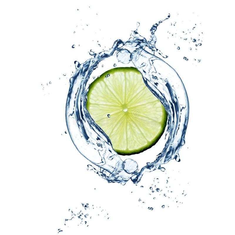 Φέτα του ασβέστη στον παφλασμό νερού στοκ εικόνες