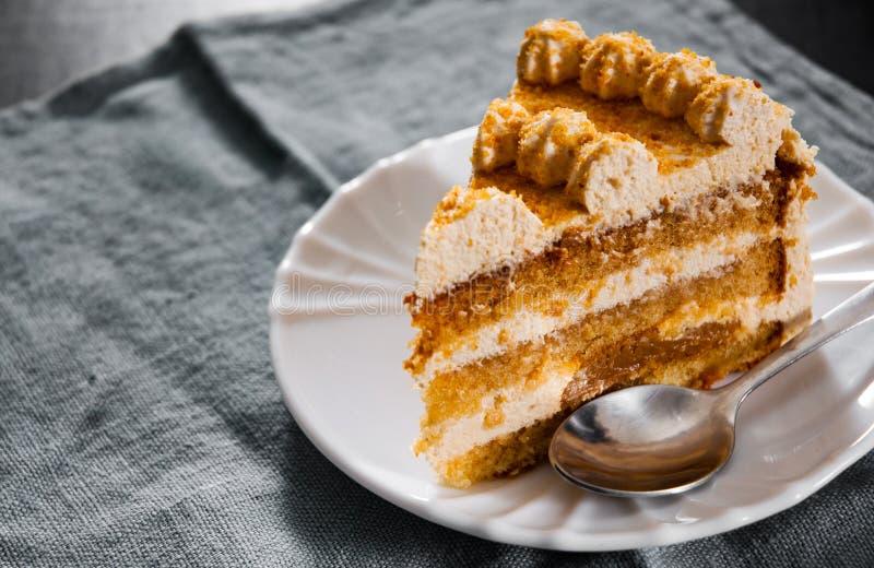 Φέτα του βαλμένου σε στρώσεις κέικ μελιού σε ένα πιάτο στοκ φωτογραφία με δικαίωμα ελεύθερης χρήσης