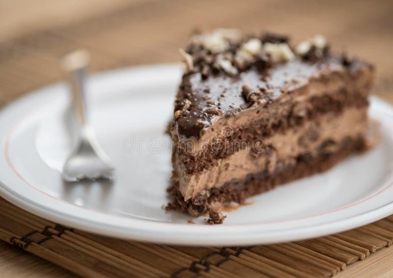 Φέτα του κέικ σοκολάτας που διακοσμείται με τα καρύδια στοκ εικόνες με δικαίωμα ελεύθερης χρήσης