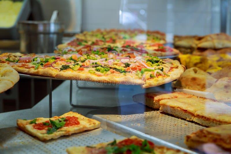 Φέτα του καυτής μεσημεριανού γεύματος τυριών πιτσών ή της σάλτσας καλύμματος κρέατος θαλασσινών κρουστών γευμάτων στοκ εικόνα