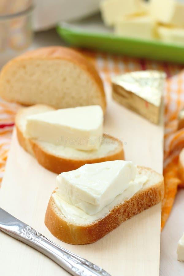 Φέτα του ψωμιού με το τυρί κρέμας και του βουτύρου για το πρόγευμα στοκ φωτογραφία με δικαίωμα ελεύθερης χρήσης