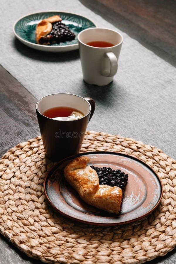 Φέτα του galette σε ένα πιάτο με το τσάι ψήσιμο σπιτικό στοκ εικόνες με δικαίωμα ελεύθερης χρήσης