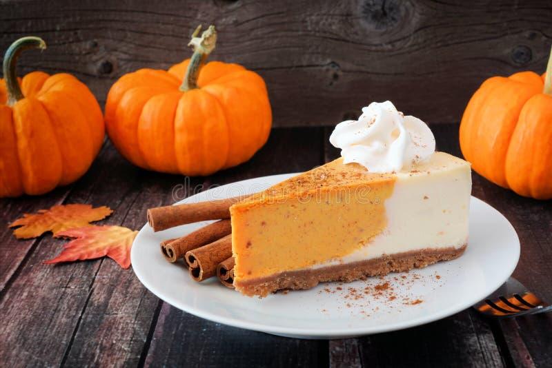 Φέτα cheesecake κολοκύθας στο σκοτεινό αγροτικό ξύλο στοκ εικόνα