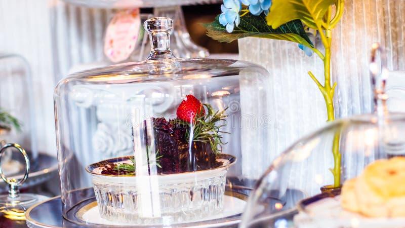 Φέτα cheesecake φραουλών του υποβάθρου καταστημάτων αρτοποιείων r στοκ εικόνες