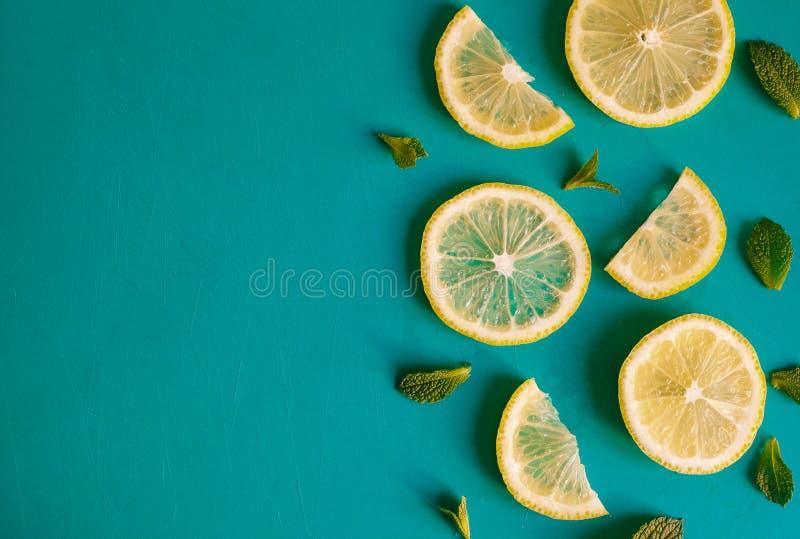 Φέτες λεμονιών και χορτάρια μεντών στο μπλε κλίμα με το copyspace Τοπ άποψη των λεμονιών και των φύλλων στοκ φωτογραφία με δικαίωμα ελεύθερης χρήσης