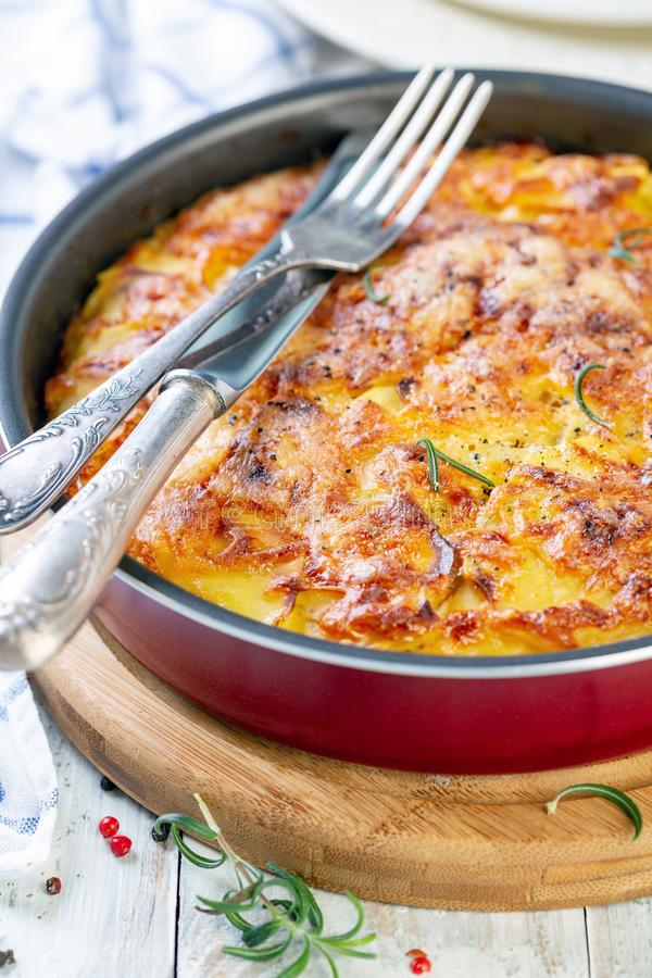 Φέτες πατατών που ψήνονται με το τυρί Γαλλική κουζίνα στοκ φωτογραφία