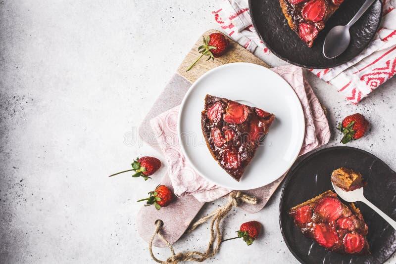 Φέτες της πίτας φραουλών ξινές στα γραπτά πιατάκια, τοπ άποψη στοκ φωτογραφίες
