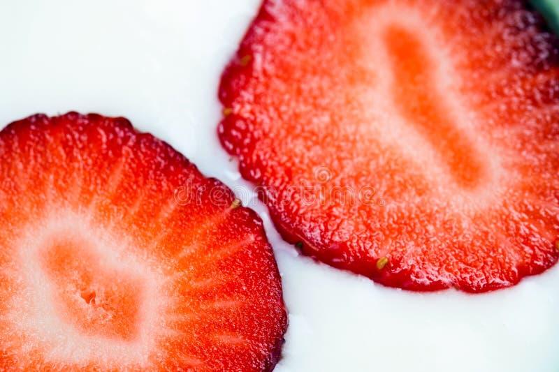 Φέτες της φράουλας στα γαλακτοκομικά προϊόντα στοκ εικόνα