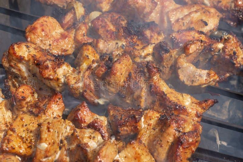 Φέτες του μαγειρέματος κρέατος χοιρινού κρέατος υπαίθριου στοκ φωτογραφία με δικαίωμα ελεύθερης χρήσης