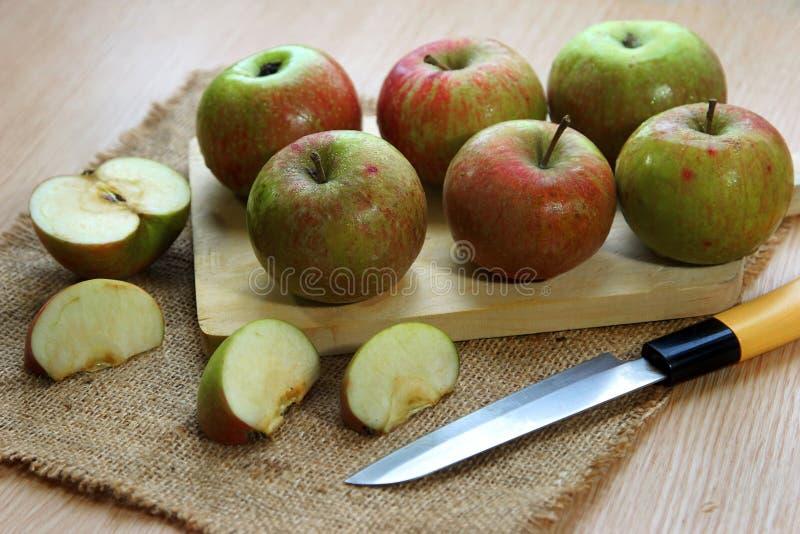 Φέτες του φρέσκου μήλου στον τέμνοντα πίνακα στοκ φωτογραφίες