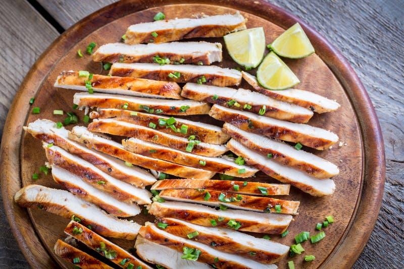 Φέτες του ψημένου στη σχάρα κοτόπουλου στη σάλτσα ασβέστη στοκ εικόνα
