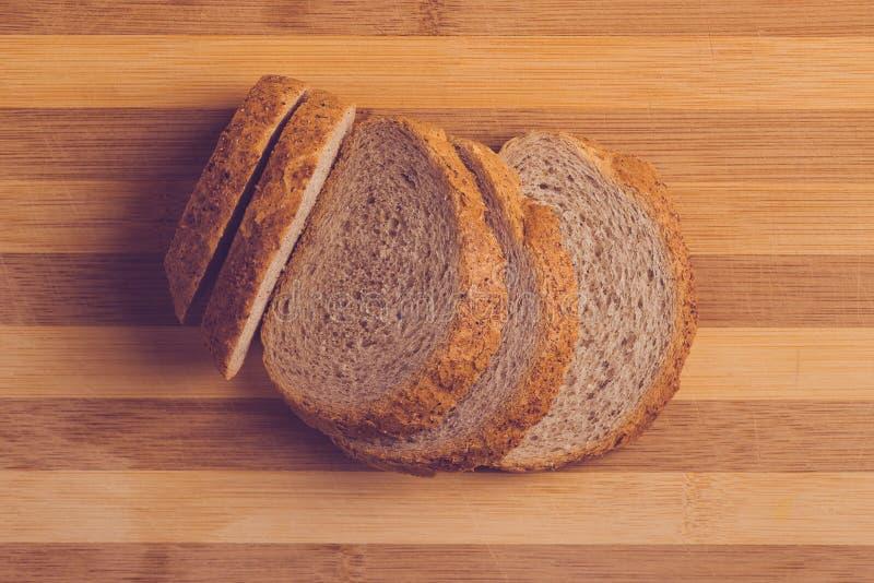 Φέτες του ψωμιού φαγόπυρου στον τέμνοντα πίνακα, τοπ άποψη στοκ εικόνα