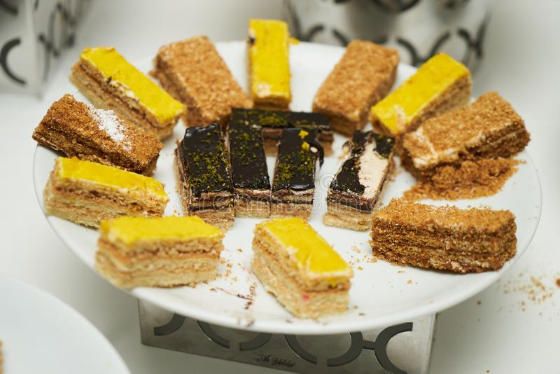 Φέτες των κέικ που εξυπηρετούνται σε ένα άσπρο πιάτο στοκ φωτογραφία με δικαίωμα ελεύθερης χρήσης