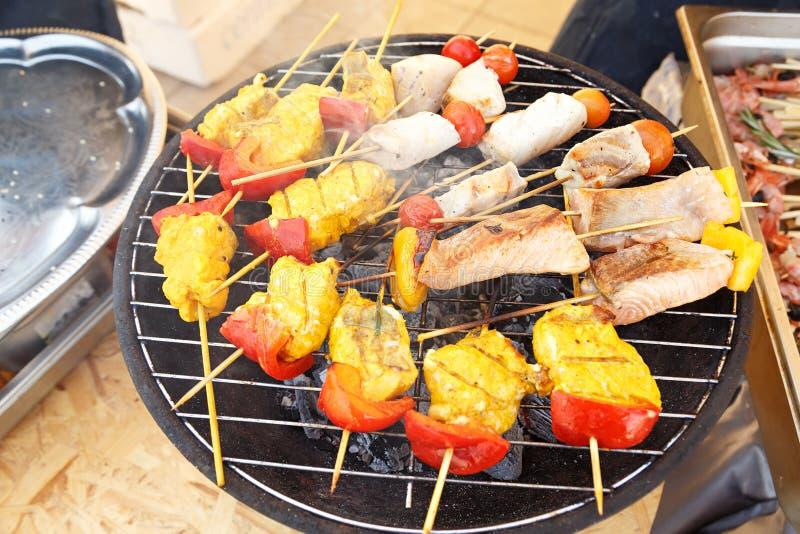 Φέτες των ψαριών στα οβελίδια με τα λαχανικά στοκ εικόνα με δικαίωμα ελεύθερης χρήσης