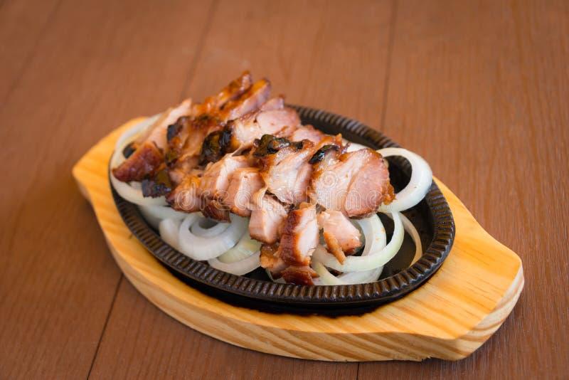 Φέτες χοιρινού κρέατος Rosted με τα εύγευστα ταϊλανδικά τρόφιμα χορταριών μελιού στοκ φωτογραφία