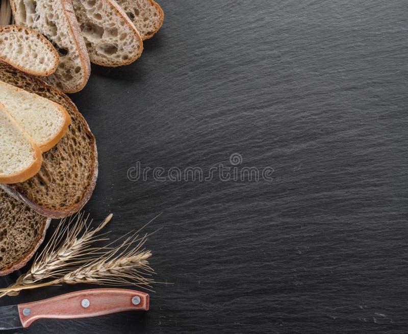 Φέτες ψωμιού, ένας σίτος και ένα μαχαίρι στοκ φωτογραφία με δικαίωμα ελεύθερης χρήσης