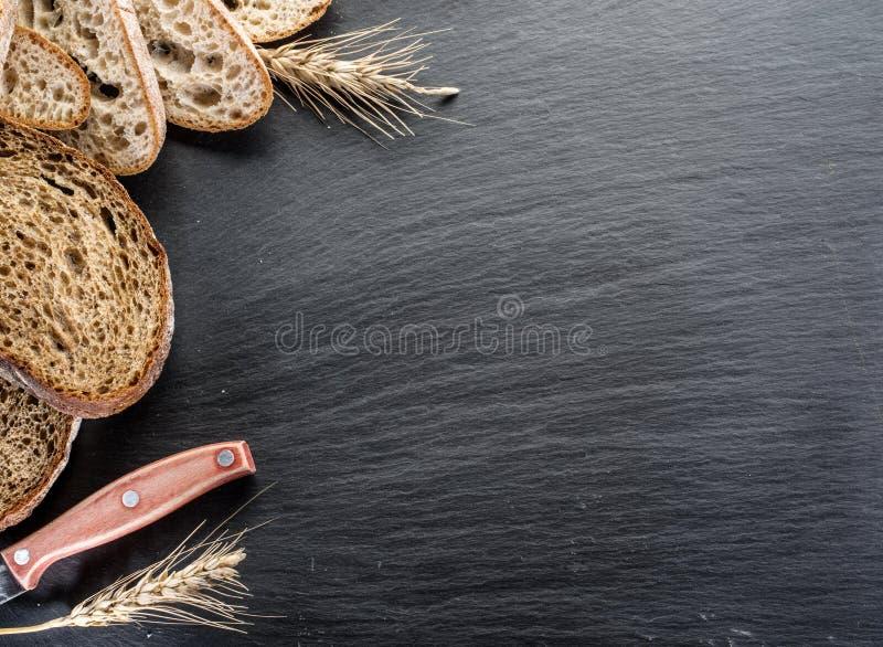 Φέτες ψωμιού, ένας σίτος και ένα μαχαίρι στοκ φωτογραφίες