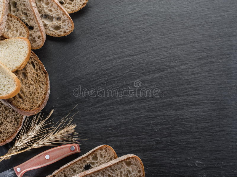 Φέτες ψωμιού, ένας σίτος και ένα μαχαίρι στοκ εικόνες με δικαίωμα ελεύθερης χρήσης