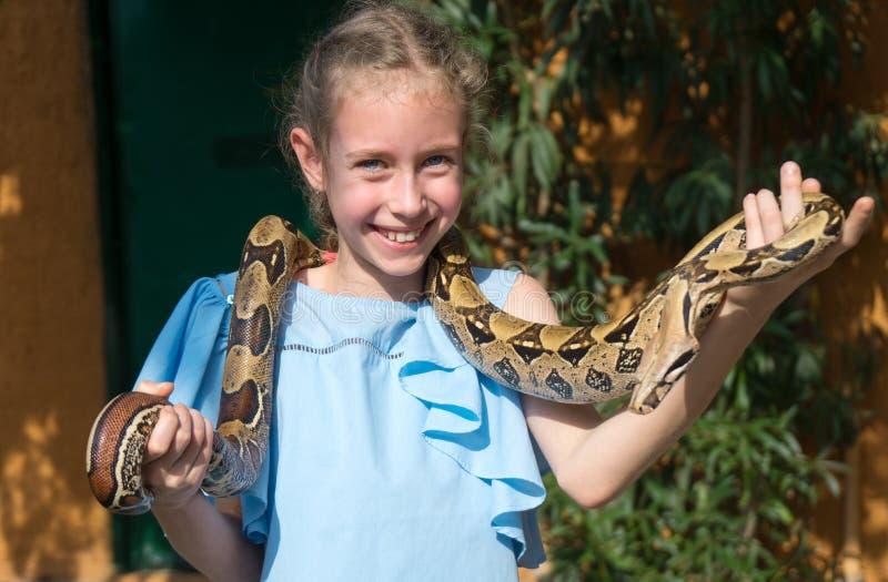 Φίδι εκμετάλλευσης κοριτσιών στοκ φωτογραφία με δικαίωμα ελεύθερης χρήσης