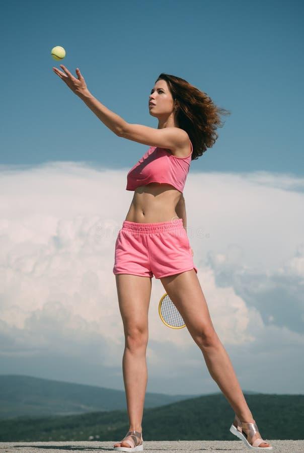 Φίλαθλη αντισφαίριση παιχνιδιού κοριτσιών στη ρόδινη φόρμα γυμναστικής Γυναίκα που εξυπηρετεί τη σφαίρα για ένα παιχνίδι της αντι στοκ εικόνες με δικαίωμα ελεύθερης χρήσης