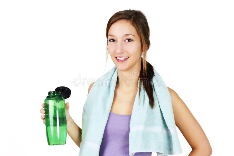 Φίλαθλη νέα γυναίκα με το ύδωρ στοκ φωτογραφίες