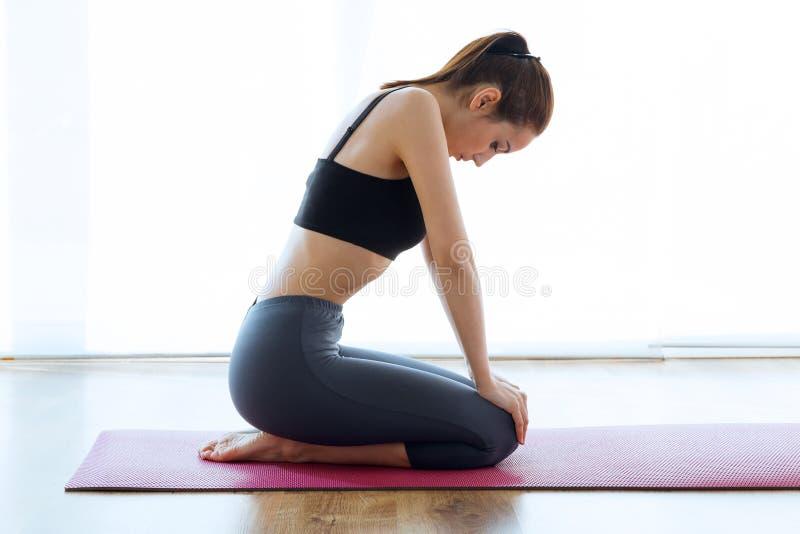 Φίλαθλη νέα γυναίκα που κάνει τα hypopressive ABS εσωτερικά στοκ εικόνα