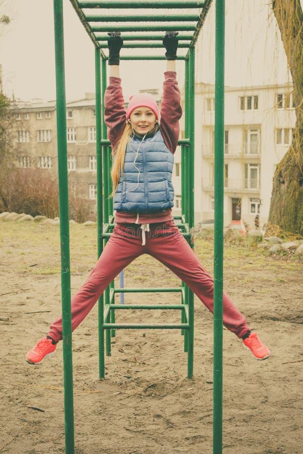 Φίλαθλη τεντώνοντας άσκηση κοριτσιών στους εξοπλισμούς ικανότητας στοκ εικόνες