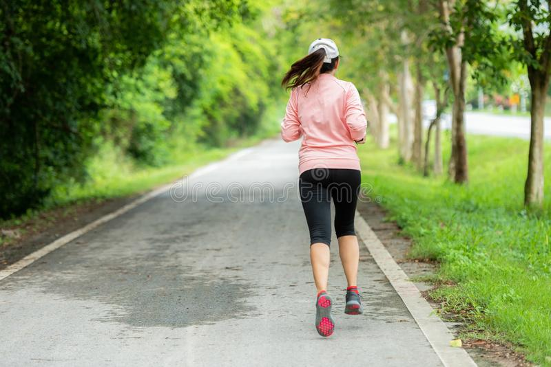 Φίλαθλος δρομέας γυναικών που τρέχει μέσω του δρόμου Workout σε ένα πάρκο Υπαίθριο Workout σε ένα πάρκο στοκ φωτογραφίες με δικαίωμα ελεύθερης χρήσης