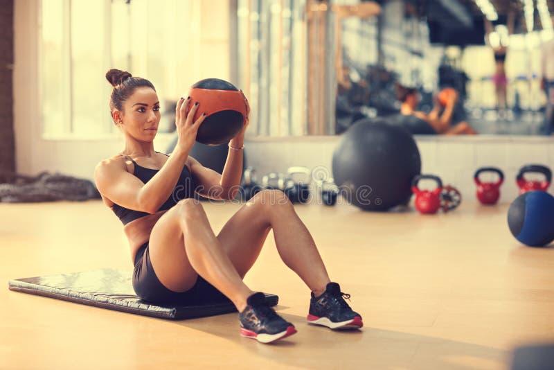 Φίλαθλος που κάνει την άσκηση με τη σφαίρα για έξι πακέτο στοκ φωτογραφία με δικαίωμα ελεύθερης χρήσης