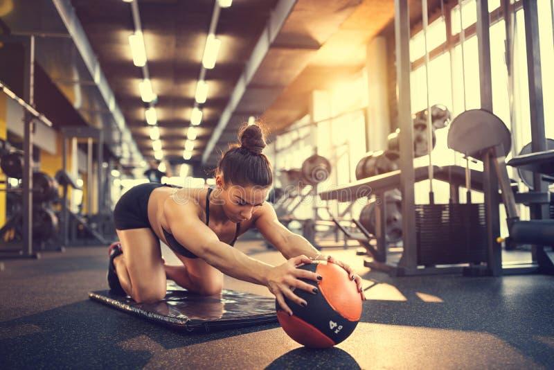 Φίλαθλος που κάνει την άσκηση με τη σφαίρα στοκ φωτογραφία