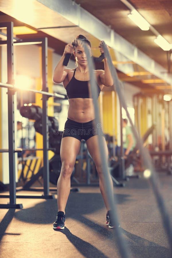 Φίλαθλος που κάνει την άσκηση με το σχοινί στη γυμναστική στοκ εικόνα με δικαίωμα ελεύθερης χρήσης