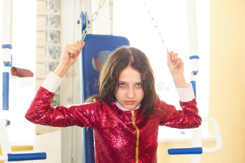 Φίλαθλο κορίτσι ικανότητας που φορά sportswear μόδας στη γυμναστική στοκ εικόνες με δικαίωμα ελεύθερης χρήσης