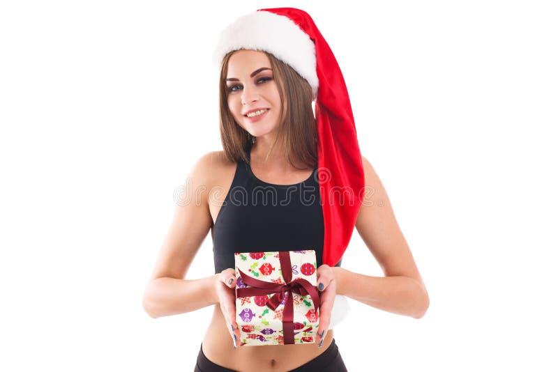 Φίλαθλο κορίτσι που κρατά ένα δώρο απομονωμένο στο λευκό υπόβαθρο στοκ φωτογραφία με δικαίωμα ελεύθερης χρήσης