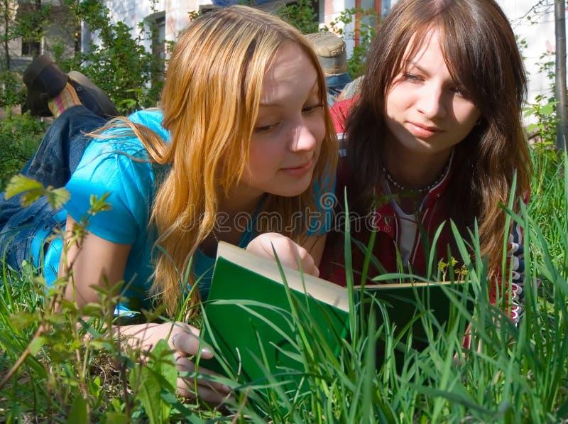 φίλες βιβλίων που διαβάζ&o στοκ εικόνα