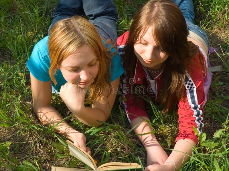 φίλες βιβλίων που διαβάζ&o στοκ φωτογραφία